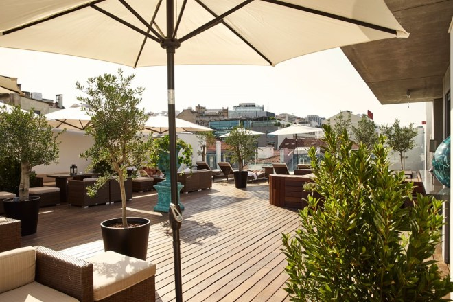 deck-7-bar-and-rooftop-lounge-at-porto-bay-liberdade-hotel-conde-nast-traveller-17may16-pr_1_1080x720