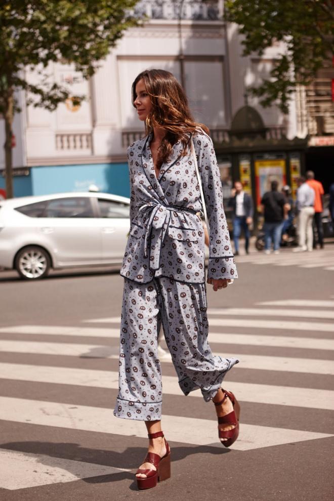 Ya te lo hemos advertido: a la tercera va la vencida, esta vez sí que vas a llevar la tendencia pijama. Y el 'street style' lo confirma una y otra vez. Primero fue Sofia Sánchez de Betak; ahora, esta asistente a la Alta Costura.