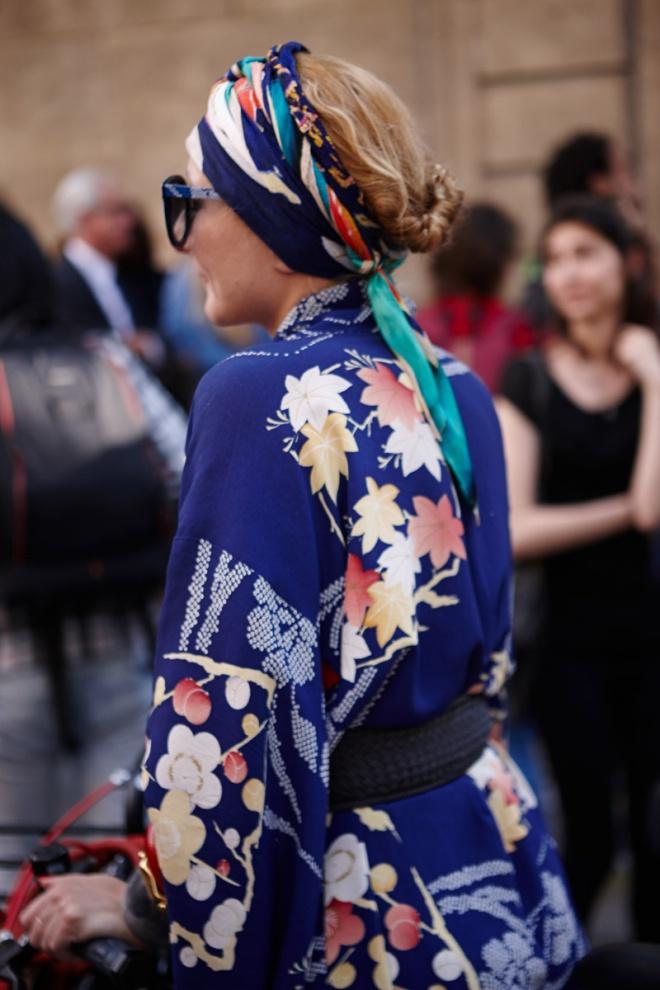 Catherine Baba es tan París que el propio París sonríe al verla. Su kimono azul con estampado floral, a juego con el pañuelo que sujeta su cabello y sus gafas de sol, gritan estilo en francés.