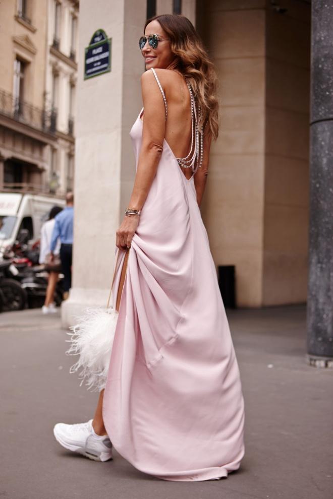 Veronika Heilbrunner no es la única que apuesta por llevar vestidos largos y románticos con sneakers. Esta asistente hace lo propio con un diseño rosa empolvado y unas zapatillas blancas.